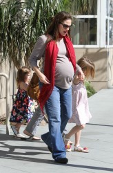 Дженнифер Гарнэр, фото 8441. Jennifer Garner takes her daughters to a public library, Santa Monica, february 23, foto 8441