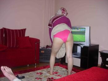 Kocasını altadan kapalı türbanlı kadın  Sürpriz Porno Hd