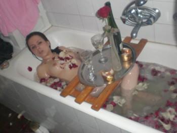 Baño de rosas seguido de pete y culeada - Amatute.